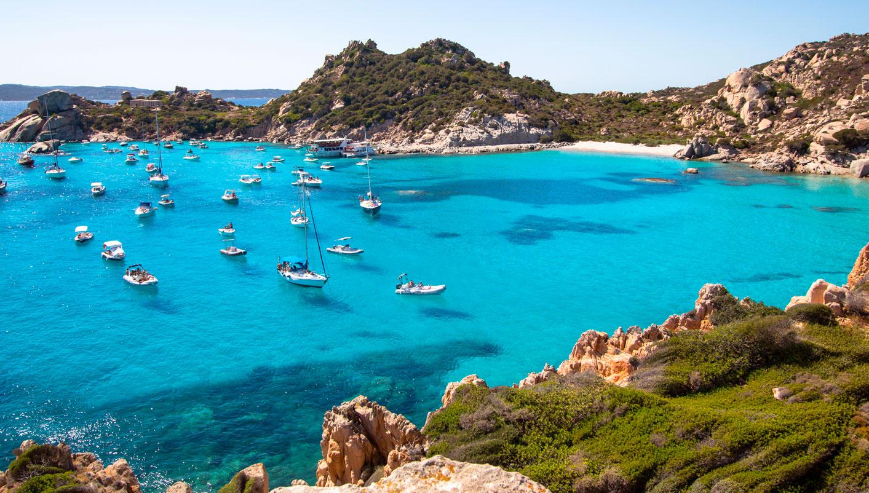 Caprera: Isla con magníficos paisajes.